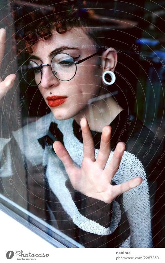 Junge Frau, die durch ein Fenster schaut elegant Stil Design schön Haare & Frisuren Haut Gesicht Lippenstift Mensch feminin Jugendliche 1 18-30 Jahre Erwachsene