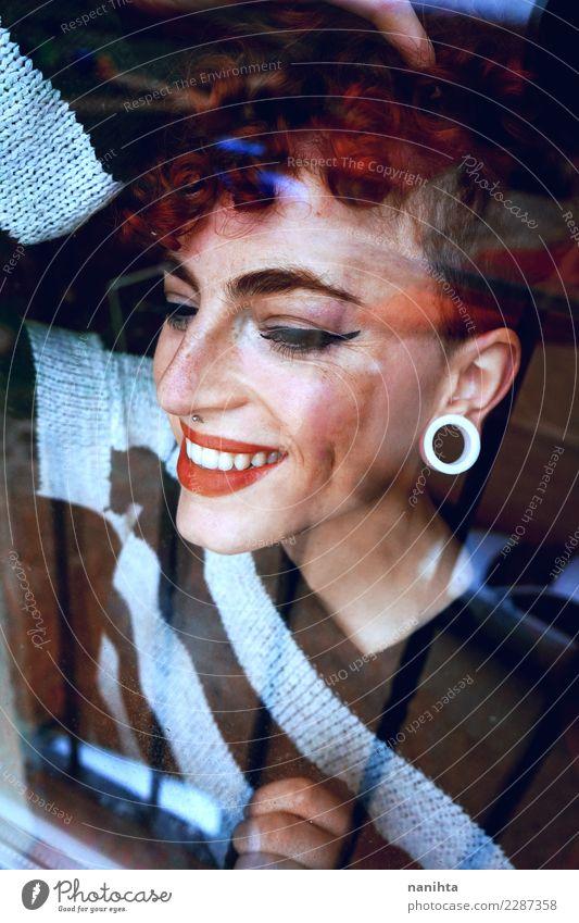 Junge glückliche Frau angesehen durch ein Fenster Mensch Jugendliche Junge Frau schön Freude dunkel 18-30 Jahre Gesicht Erwachsene Leben Lifestyle feminin Stil