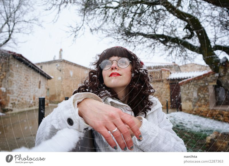 Junge Frau, die einen schneebedeckten Tag genießt Lifestyle Stil Wellness Wohlgefühl Ferien & Urlaub & Reisen Tourismus Winter Schnee Winterurlaub Mensch