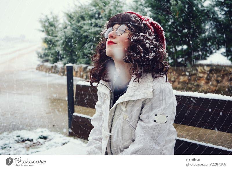 Junge nerdy Frau, die einen schneebedeckten Tag genießt Lifestyle Stil Freude schön Wellness Wohlgefühl Sinnesorgane Erholung Ferien & Urlaub & Reisen Freiheit
