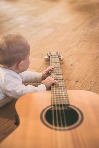 man kann nicht früh genug beginnen Kindererziehung Bildung lernen Mensch maskulin feminin Baby Kleinkind Kindheit Leben Hand Finger 1 Kunst Kultur Musik Gitarre