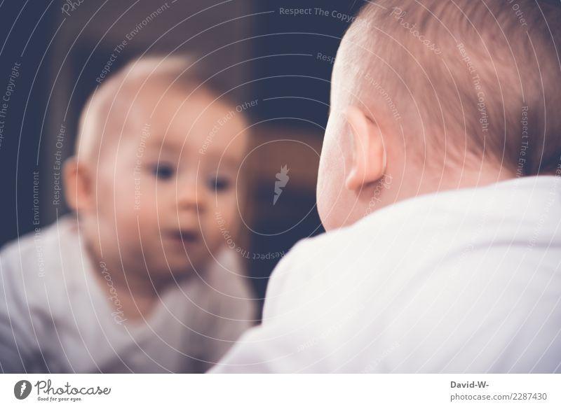 Baby schaut in den Spiegel und entdeckt sein Spiegelbild interessiert erkunden neugierig neugierde Neugier niedlich Kindheit beobachten Farbfoto klein Kleinkind