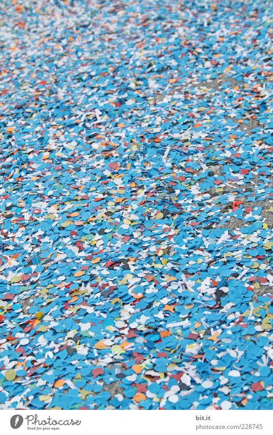 Kamelle, allaaf, hellau... blau Glück Stimmung Feste & Feiern dreckig liegen Papier rund viele Silvester u. Neujahr Karneval Veranstaltung Lebensfreude Jahrmarkt Menschenmenge durcheinander