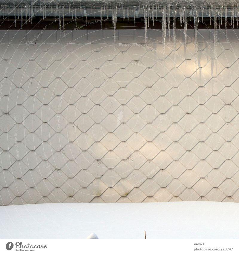 Eiszapfen alt Winter Haus kalt Wand Mauer Gebäude Linie Fassade frisch authentisch Streifen einzigartig retro Tropfen einfach