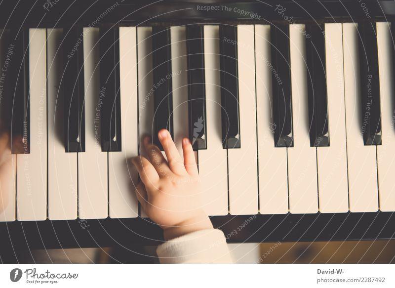 Kind spielt Klavier Musik Musiker Kleinkind musikalische früherziehung sanft vorsichtig Finger niedlich schön neugierde Musikinstrument Klavier spielen Töne