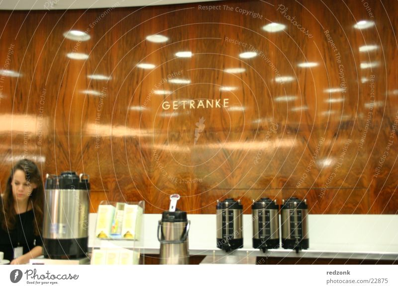 Am Ausschank Getränk Gasthof Wandtäfelung Frau Kellner trinken Reflexion & Spiegelung Ernährung Cafeteria Serviererin