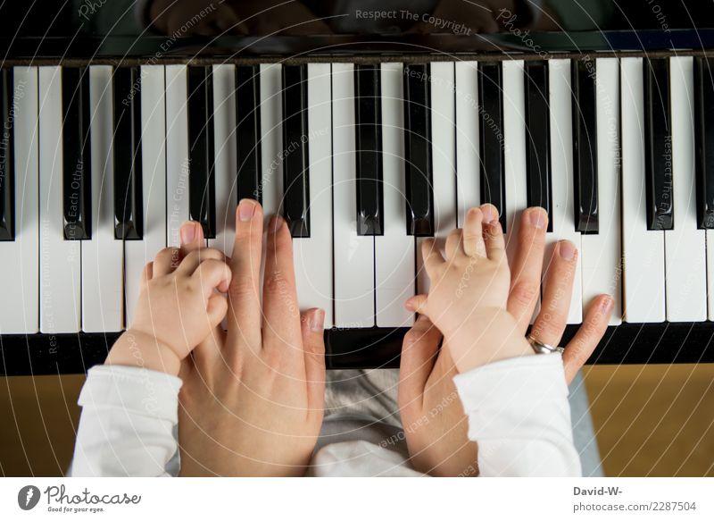 Mutter und Kind spielen Klavier Familie Kindererziehung zusammen gemeinsam Liebe verantwortung Erziehung Musik Musiker Musikinstrument Klavier spielen