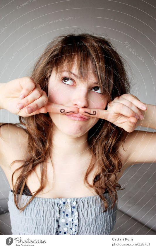 moustache me Mensch Freude Gesicht feminin Spielen Kopf lustig Denken außergewöhnlich maskulin Finger Bekleidung skurril brünett Humor verkleiden