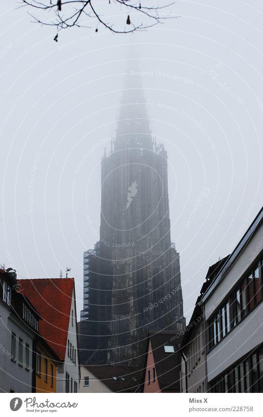 Ulmer Münster Stadt Winter Wolken Haus dunkel Architektur Gebäude Religion & Glaube Wetter Nebel hoch Platz Kirche Bauwerk Wahrzeichen Stadtzentrum