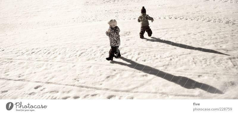 grösser werden Mensch Kind Freude Schnee Spielen Junge Freundschaft lustig Kindheit Zusammensein Freizeit & Hobby gehen laufen Kleinkind Schönes Wetter Schneespur