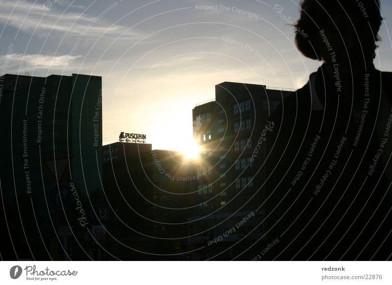 Letzter Strahl Sonnenuntergang Frau Strahlung Silhouette Alexanderplatz Mensch Abend Schatten Puschkin Berlin Skyline