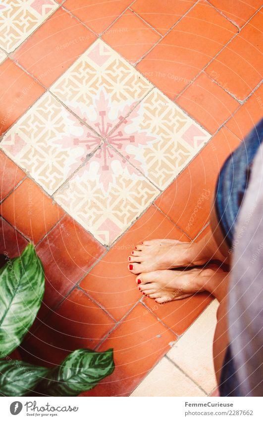 A woman's feet on colorful floor tiles feminin Junge Frau Jugendliche Erwachsene 1 Mensch 18-30 Jahre Tourismus Ferien & Urlaub & Reisen Kuba Fliesen u. Kacheln