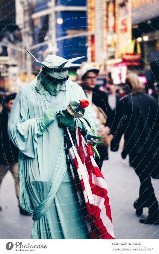 Person dressed as Statue of Liberty looking at mobile phone Zeichen Kommunizieren Freiheitsstatue Karnevalskostüm Handy Computernetzwerk SMS Fahne USA