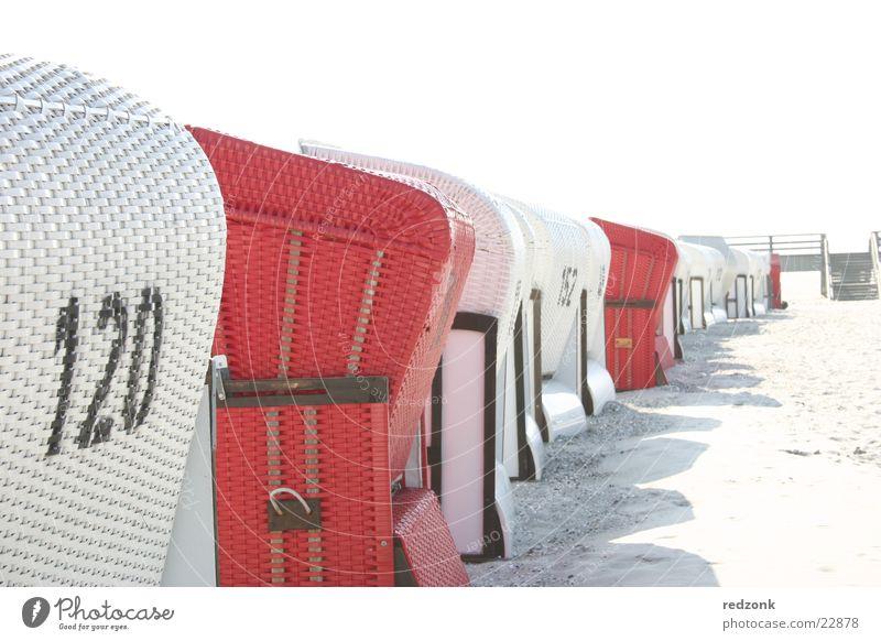 Strandkorb-Blick Erholung Ferien & Urlaub & Reisen Sonne Meer Sand Ostsee rot weiß Perspektive Prerow Badeort Europa Farbfoto Außenaufnahme Textfreiraum oben