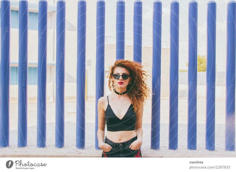 Mensch Jugendliche Junge Frau blau Stadt schön 18-30 Jahre Erwachsene Leben Lifestyle feminin Stil Haare & Frisuren Mode Körper modern