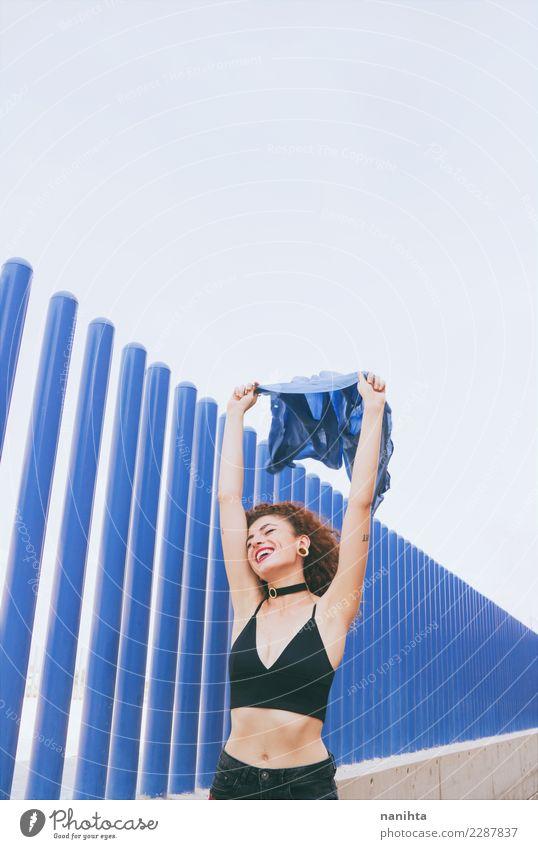 Junge nette Frau, die eine blaue Flagge wellenartig bewegt Lifestyle elegant Stil Design Freude Körper Haare & Frisuren Wellness Leben harmonisch Wohlgefühl