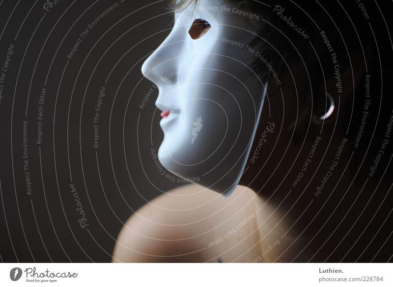 zeig Zunge Frau Mensch blau weiß rot Erwachsene feminin Leben kalt dunkel grau Haut außergewöhnlich Maske gruselig Junge Frau