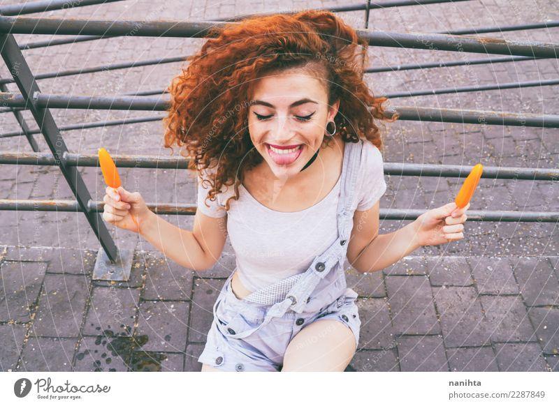 junge glückliche und rothaarige Frau, die zwei Eiscreme hält Mensch Jugendliche Junge Frau Sommer schön Freude 18-30 Jahre Erwachsene Essen Leben Lifestyle