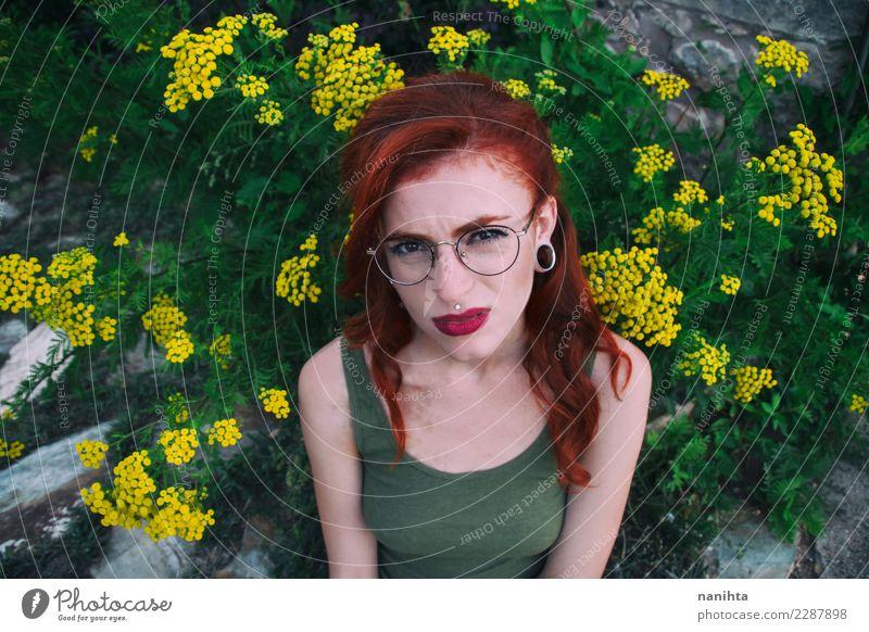 Junge Frau mit einem Ekelausdruck Mensch Natur Jugendliche Pflanze schön grün Blume 18-30 Jahre Gesicht Erwachsene Lifestyle Umwelt feminin Stil