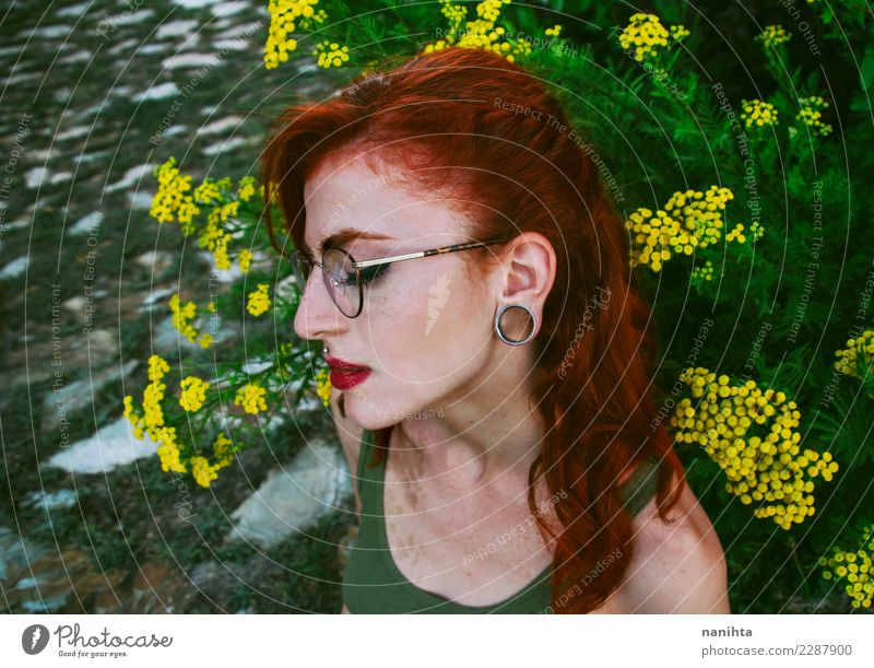 Profil einer jungen und traurigen Rothaarigefrau elegant Stil schön Haare & Frisuren Lippenstift Mensch feminin Junge Frau Jugendliche 1 18-30 Jahre Erwachsene