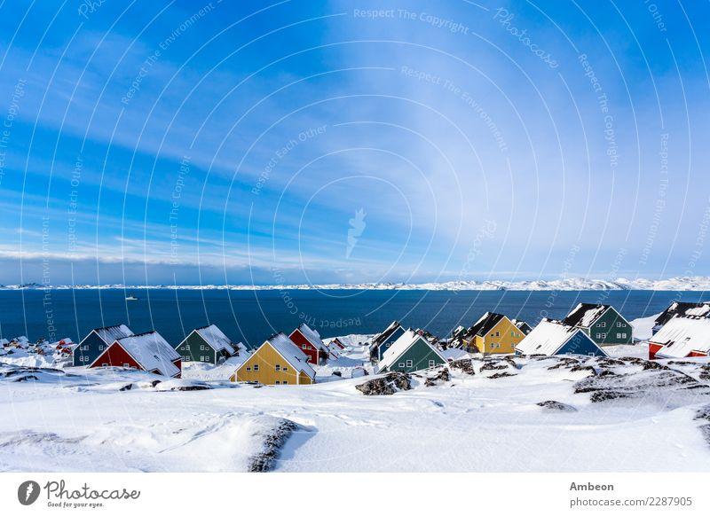 Gelbe, blaue, rote und grüne Inuithäuser bedeckt mit Schnee Himmel Natur Ferien & Urlaub & Reisen Stadt Farbe Wasser weiß Landschaft Meer Haus Winter