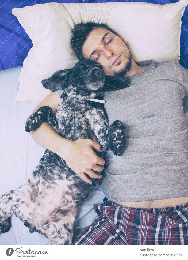 Junger Mann, der mit seinem Hund schläft Lifestyle Wellness harmonisch Wohlgefühl Erholung Bett Mensch maskulin Jugendliche Erwachsene 1 30-45 Jahre Nachthemd
