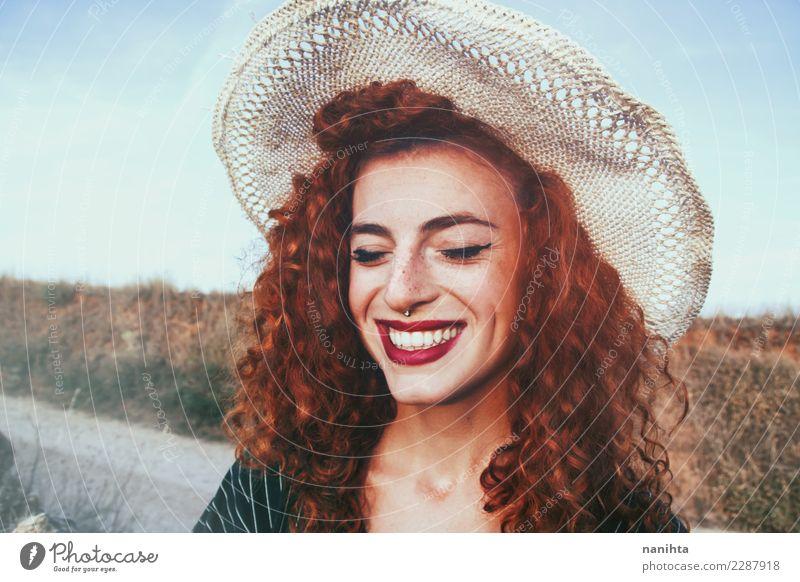 Junge und glückliche Rothaarigefrau Lifestyle Stil Freude Haare & Frisuren Haut Gesicht Sommersprossen Mensch feminin Junge Frau Jugendliche 1 18-30 Jahre
