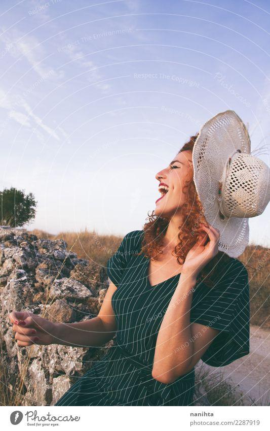 Junge Frau lacht im Freien. Lifestyle elegant Stil Freude Haare & Frisuren Wellness Leben Ferien & Urlaub & Reisen Tourismus Freiheit Sommer Sommerurlaub Mensch