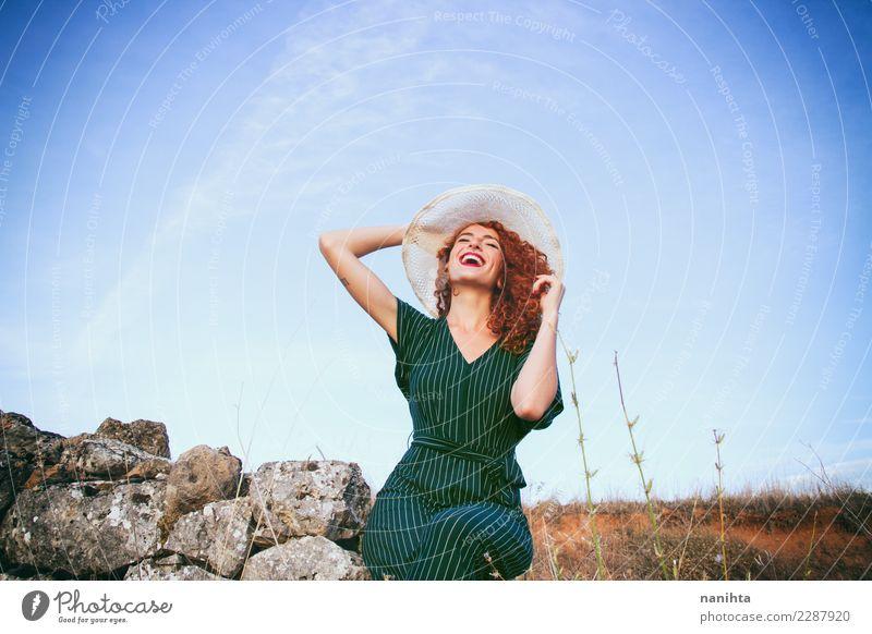 Junge Rothaarigefrau so glücklich im Land Mensch Himmel Natur Ferien & Urlaub & Reisen Jugendliche Junge Frau Sommer 18-30 Jahre Erwachsene Leben Lifestyle