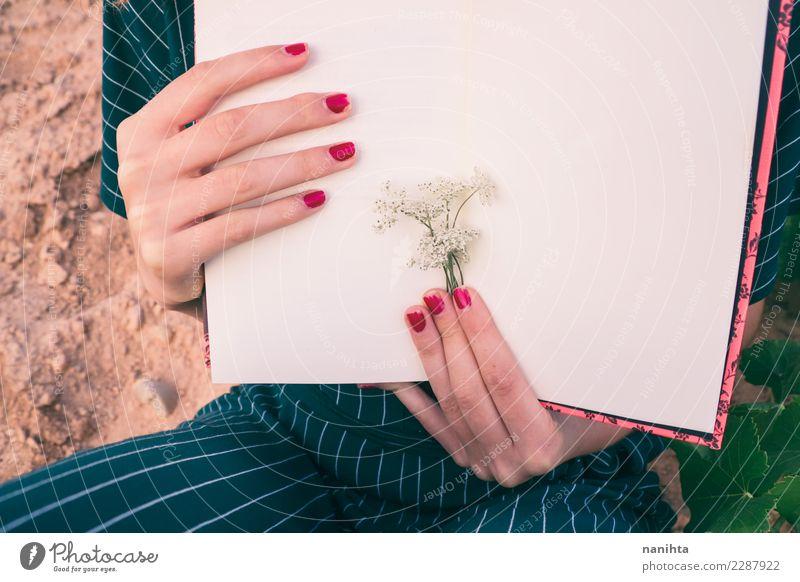 Die Hände der Frau, die ein Buch halten Mensch Natur Jugendliche Pflanze Blume 18-30 Jahre Erwachsene feminin Kunst Stimmung Design Freizeit & Hobby elegant