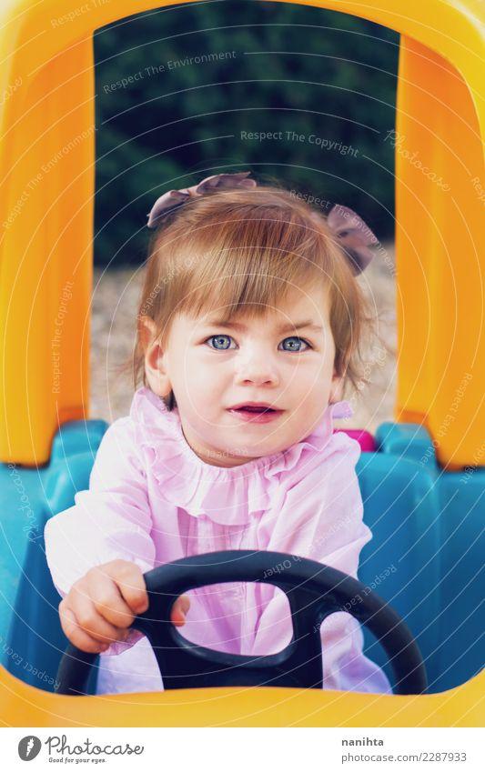 Junges Mädchen, das spielt, um ein Spielzeugauto zu fahren Lifestyle Freude Wellness Spielen Kinderspiel Abenteuer Mensch feminin Baby Kindheit 1 1-3 Jahre