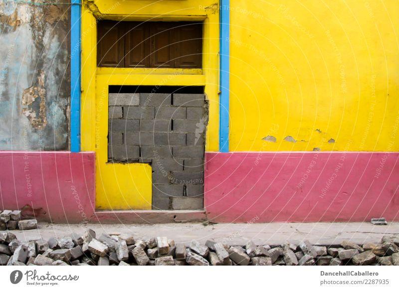 Handwerk l zugemauert... Baustelle Stadt Haus Bauwerk Gebäude Architektur Mauer Wand Fenster Tür Fußweg alt Armut dreckig einzigartig kaputt retro blau gelb
