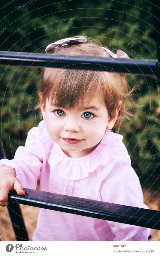 Porträt eines schönen kleinen Mädchens Lifestyle Stil Freude Gesicht Wellness Leben Wohlgefühl Mensch feminin Kleinkind Kindheit 1 1-3 Jahre Park Mode Hemd