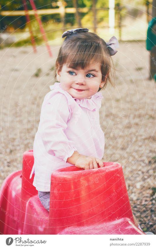 Schönes kleines Mädchen in einem Park Lifestyle Stil Freude schön Freizeit & Hobby Kinderspiel Kindererziehung Bildung Kindergarten Schulhof Mensch feminin Baby
