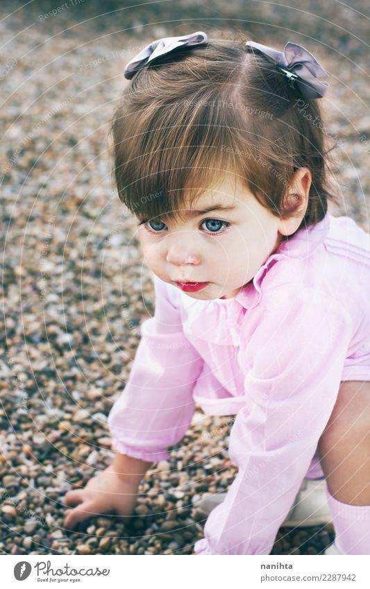 Schönes kleines Mädchen Mensch schön Gesicht Auge Leben Lifestyle feminin Haare & Frisuren Mode rosa Sand Park Kindheit blond authentisch