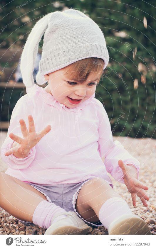 Glückliches und spielerisches kleines Mädchen Kind Mensch Natur Freude Leben Lifestyle Umwelt feminin Stil Spielen Park Kindheit blond authentisch Lächeln