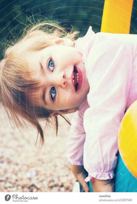 Schönes und verspieltes kleines Mädchen Lifestyle Stil Freude Freizeit & Hobby Kinderspiel Kindererziehung Kindergarten Schulhof Mensch feminin Kindheit 1