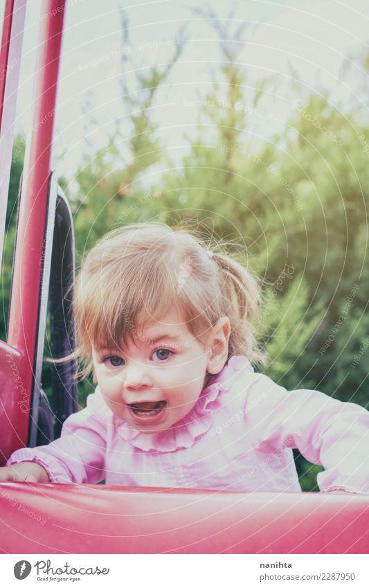 Glückliches kleines Mädchen in einem Park Lifestyle Stil Freude Leben Spielen Kinderspiel Ferien & Urlaub & Reisen Mensch feminin Baby Kleinkind Kindheit 1