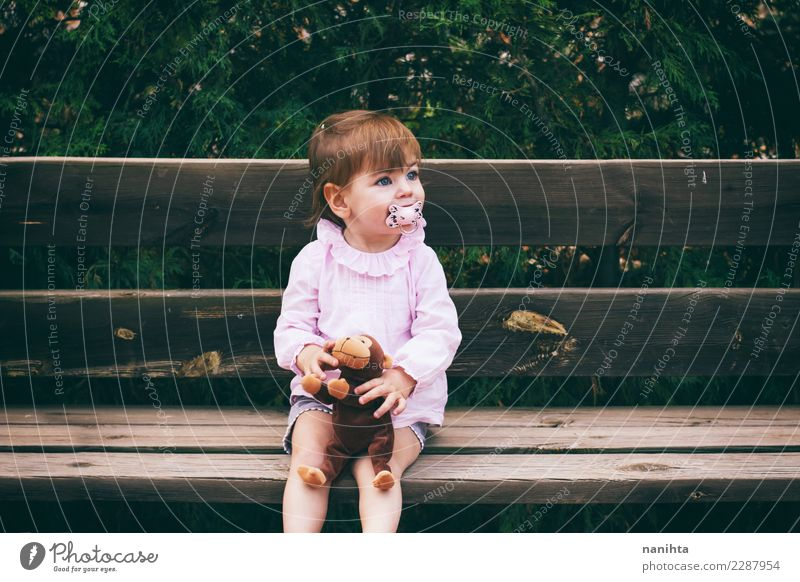 Mensch Natur schön Erholung Freude Mädchen Lifestyle Umwelt feminin Holz Freizeit & Hobby Park Kindheit sitzen Fröhlichkeit warten