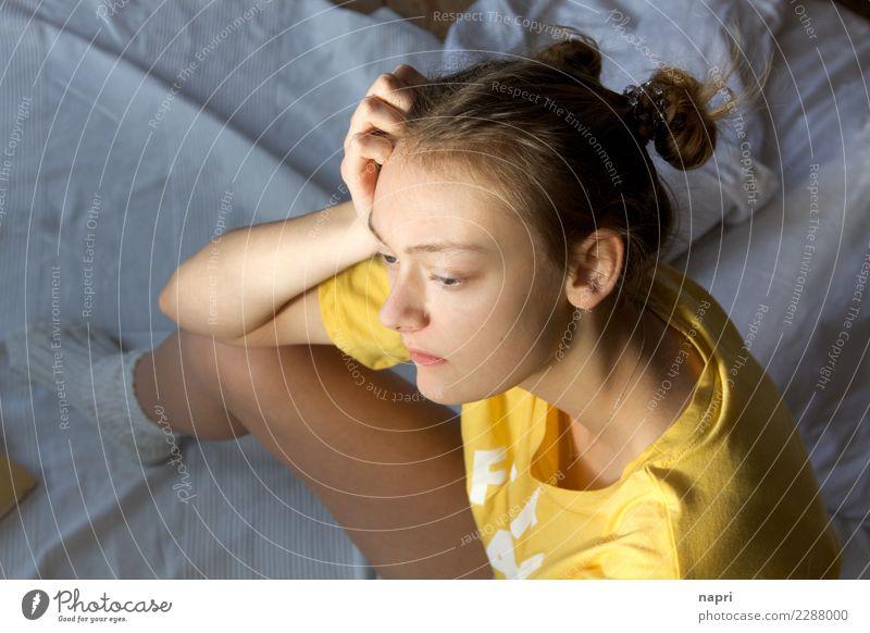 M#I Mensch Jugendliche Junge Frau Einsamkeit gelb Traurigkeit Gefühle feminin Denken träumen 13-18 Jahre nachdenklich sitzen authentisch Identität Gedanke