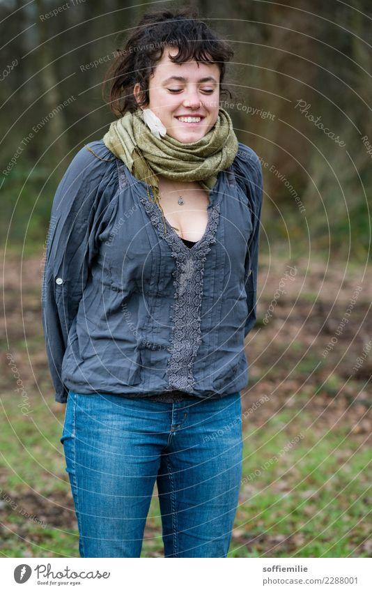 Fröhlicher Herbsttag Freiheit feminin Junge Frau Jugendliche 1 Mensch 18-30 Jahre Erwachsene Umwelt Natur Landschaft Schönes Wetter Garten Park Wiese Wald Mode