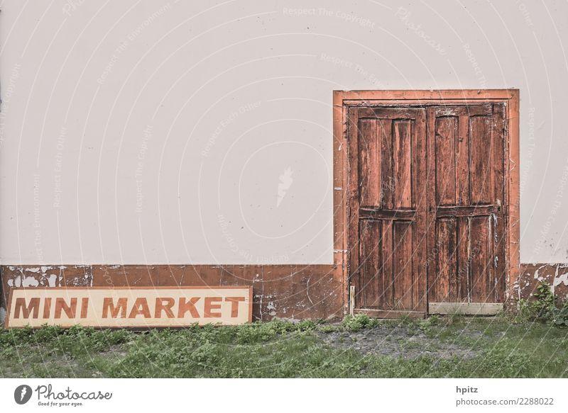 Mini Market alt Einsamkeit Wand Graffiti Holz Business Mauer grau braun Tür Vergänglichkeit Hinweisschild kaputt historisch Neugier Sehnsucht