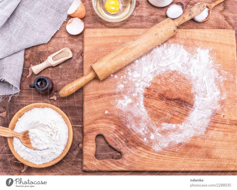 quadratisches Küchenbrett aus Holz Teigwaren Backwaren Brot Schalen & Schüsseln Löffel Tisch frisch natürlich braun weiß Hefe Hintergrund Vorbereitung