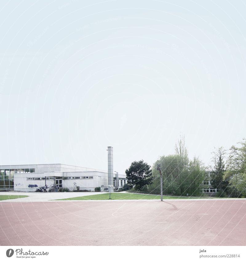 sportplatz Himmel Baum Pflanze Wiese Gebäude groß Sträucher Schornstein Wolkenloser Himmel Sportplatz Flachdach Sportstätten