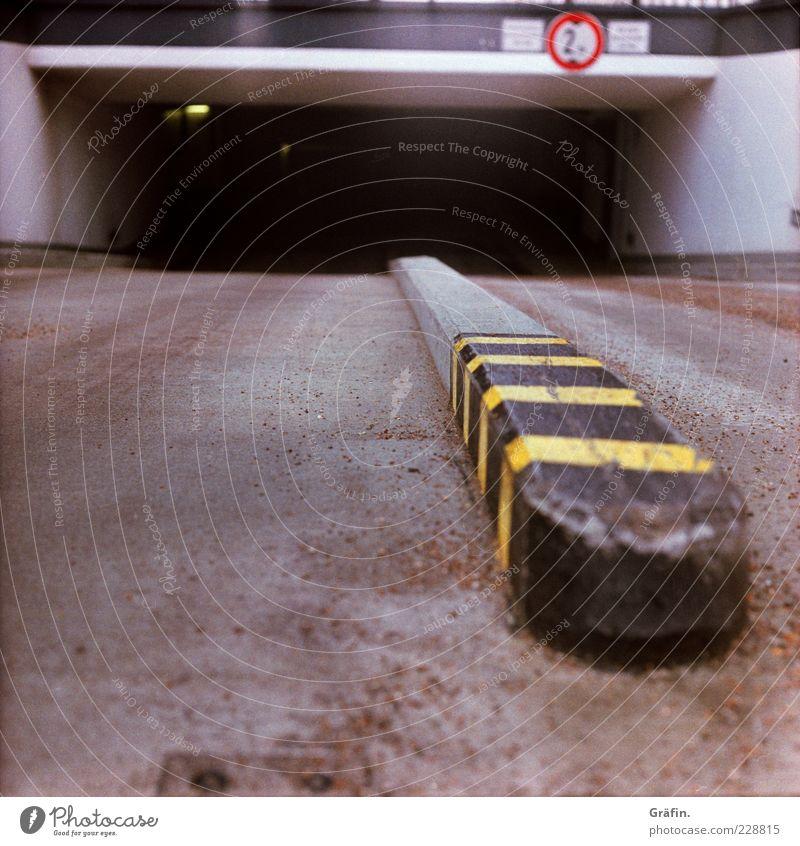 Schlund schwarz gelb Straße dunkel grau Schilder & Markierungen Beton Asphalt Warnhinweis Parkhaus Einfahrt Tiefgarage Markierungslinie