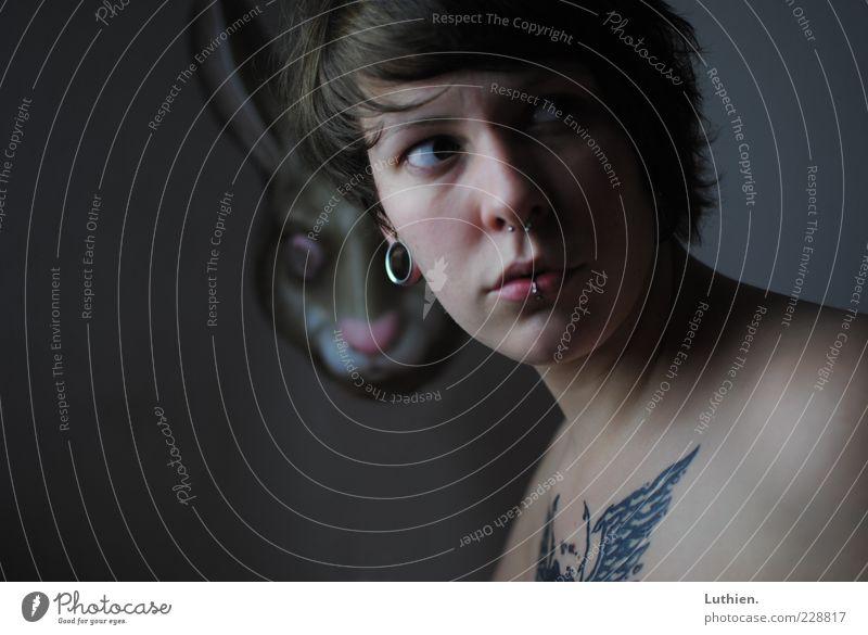 er sieht dich... Frau Mensch Jugendliche blau Erwachsene Gesicht Auge feminin dunkel kalt Gefühle Kopf grau Haare & Frisuren braun Mund