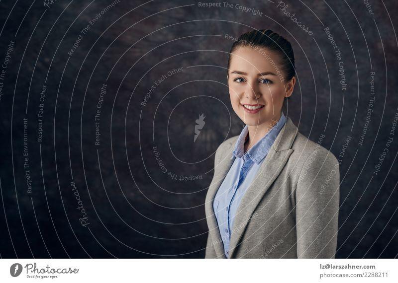 Elegante Frau, die gegen dunklen Hintergrund steht elegant Gesicht Dekoration & Verzierung Erfolg Arbeit & Erwerbstätigkeit Business Unternehmen Karriere
