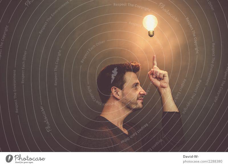 ein Mann mit einer Glühbirne über dem Kopf Idee einfall nachdenken einfallend Mensch Gesicht Porträt Konzentration Blick Gedanke Fröhlichkeit Optimismus