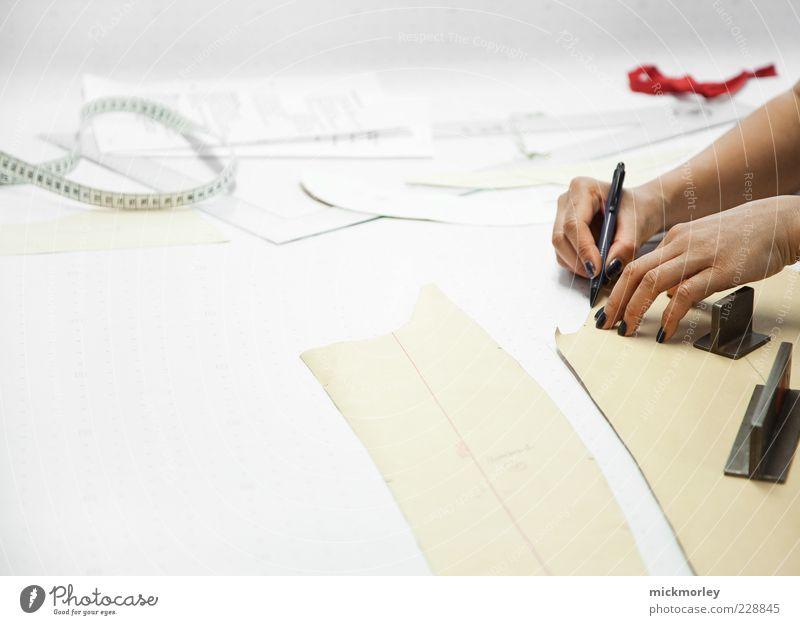 Mode Entwurf und Kreation Mensch Jugendliche Hand schön Freude Erwachsene Stil Design außergewöhnlich ästhetisch authentisch Papier planen 18-30 Jahre