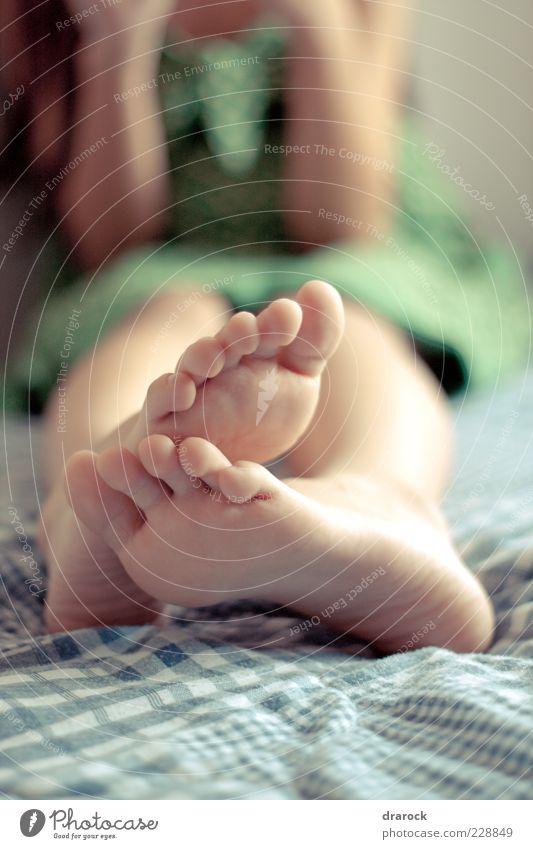 Mensch Kind Jugendliche grün Mädchen Erholung feminin Glück Fuß lustig Kindheit sitzen liegen Pause Bett